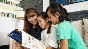 أسرة كورية تقرأ مجلة إنجليزية