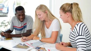 طلاب AYC في الفصل مع الكتاب