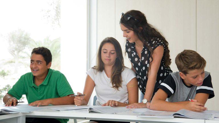 المراهقون في الفصل مع المعلم