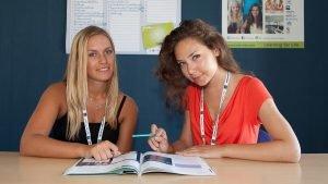 الطلاب في الفصل مع الكتاب