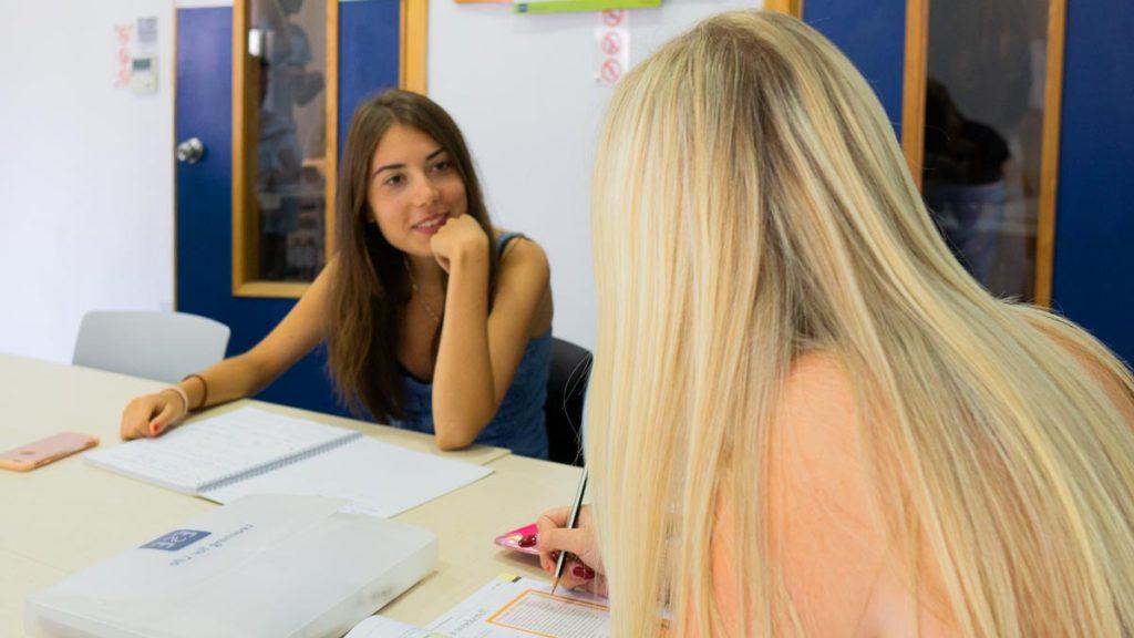 Insegnante in classe con studente