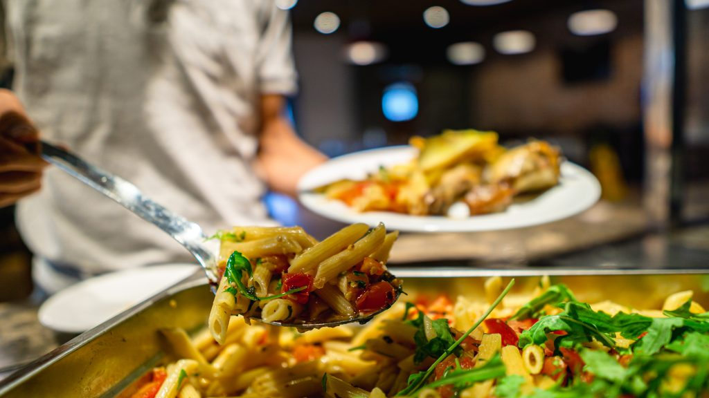 Pasta wird im Restaurant Vecchia Napoli im Salini Resort serviert - für Teenager