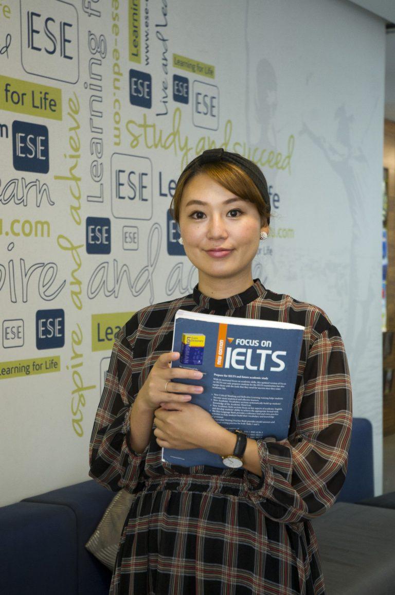 طالب مع كتاب IELTS